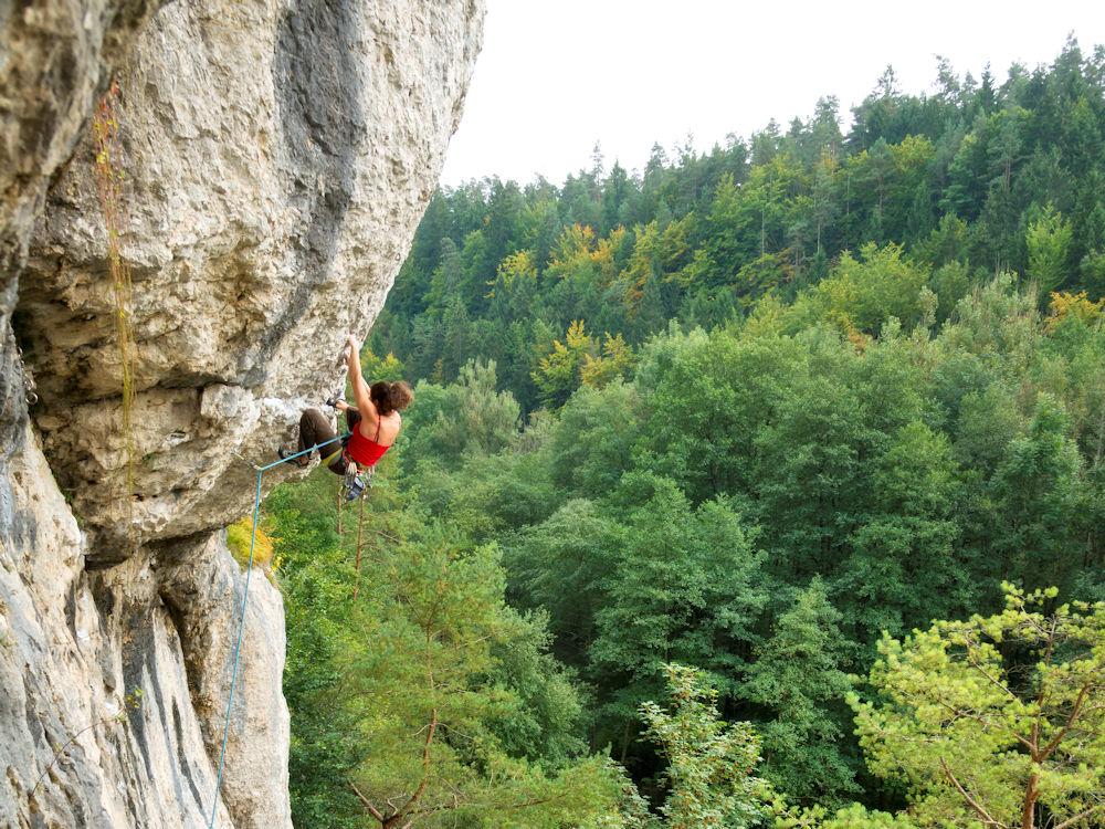 Kletterer am Fels im Naturpark Fränkische Schweiz - Frankenjura ©www.bayern.by-thomas linkel