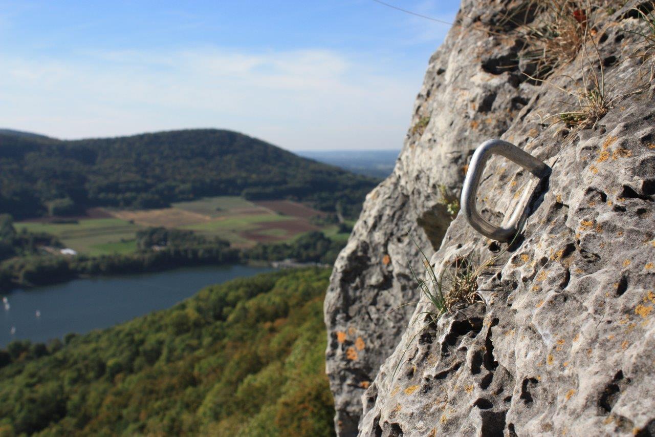 Kletterhaken am Fels