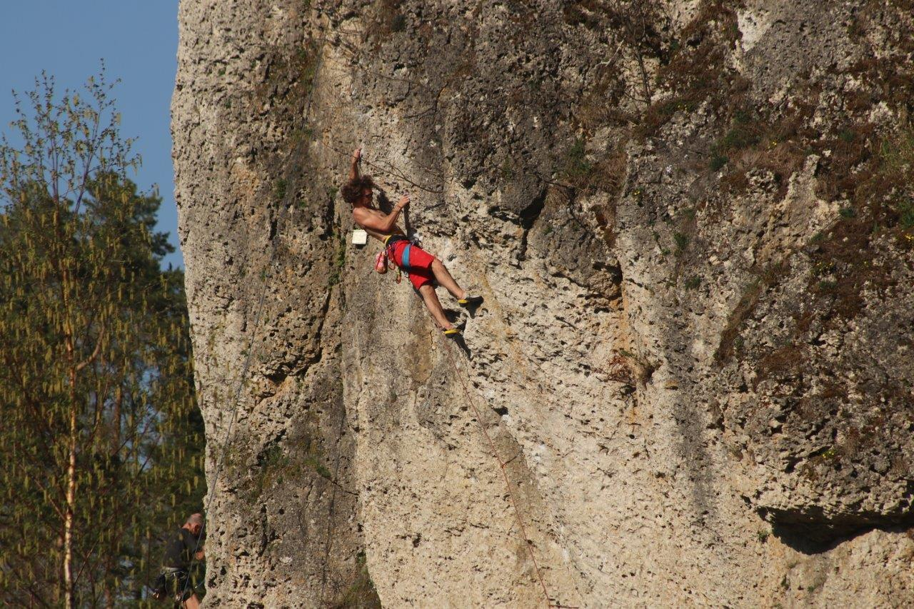 Kletterer in der Wand im Naturpark Fränkische Schweiz - Frankenjura