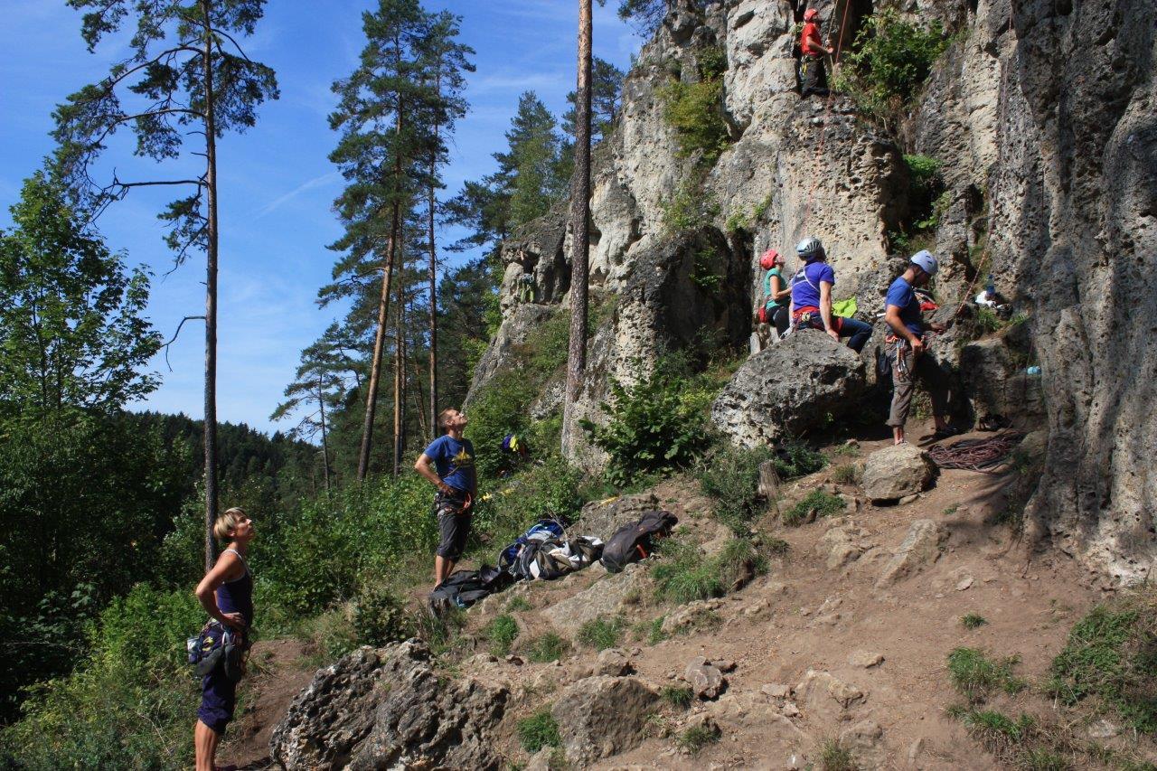 Kletterer am Fuße einer Kletterwand im Naturpark