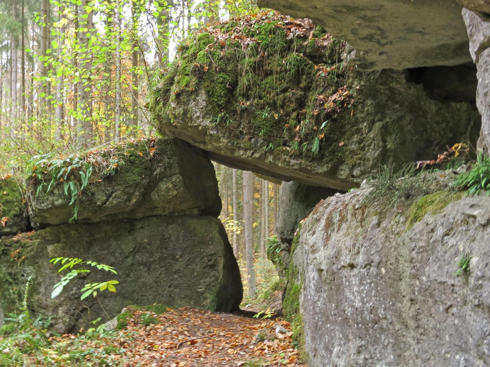 Unteres Gleitstein-Felsentor aus Dolomit am Ostrand des Hummersgrabens