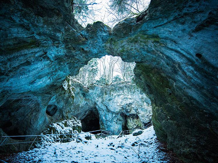 Ein Blick in die Versturzhöhle Riesenburg im Winter