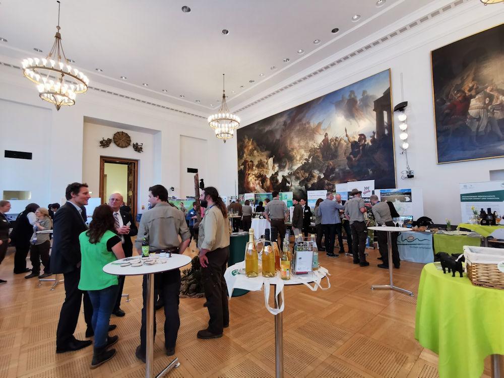 Auf dem Infotag der Naturparke im Bayerischen Landtag tauschen sich Landtagsmitglieder mit den Bayerischen Naturparken aus.