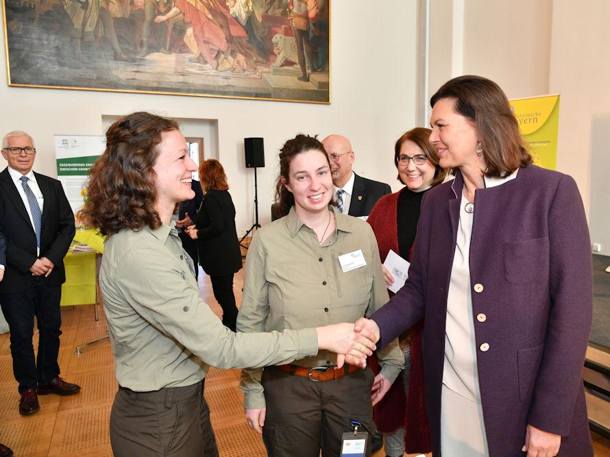 Landtagspräsidentin Ilse Aigner begrüßt die Rangerinnen Melanie Chisté und Julia Dummert