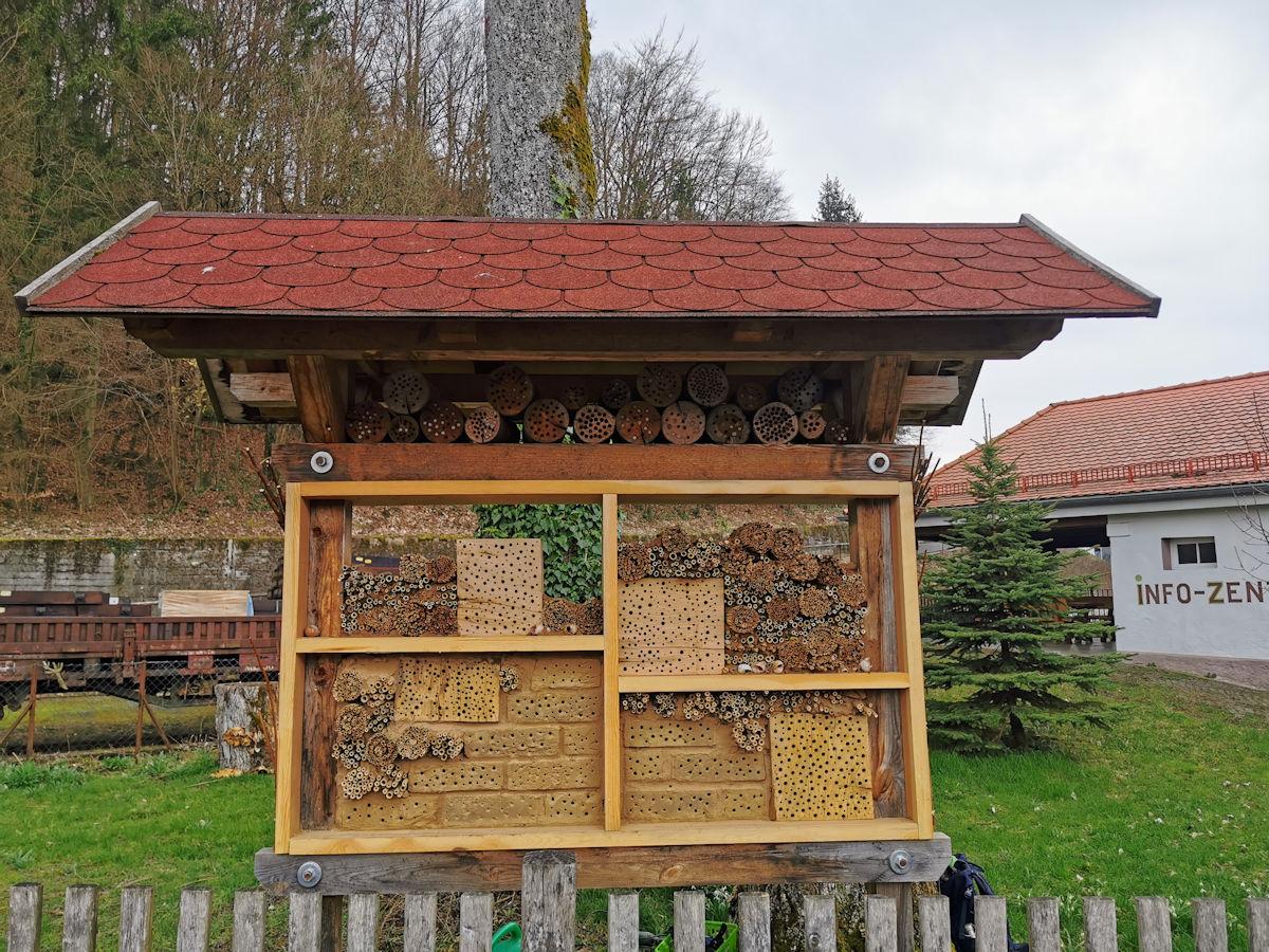 Ein paar Stockwerke fehlen noch, der Rest ist schon bezugsfähig: Die Wildbienennisthilfe am Naturparkinfozentrum in Muggendorf.