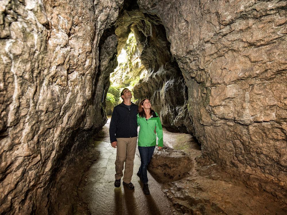 Wanderung vorbei an romantischen Höhlen